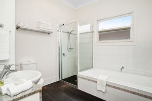 The Main Bathroom at Cooks Hill Cottage.